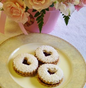 Linzer-Hearts-cookies-on-a-plate1